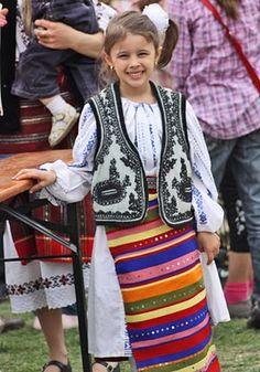 Girl in traditional costume - Romania Ethnic Fashion, Kids Fashion, Beautiful Children, Beautiful People, Romania People, Popular Costumes, Romanian Girls, Costumes Around The World, World Thinking Day