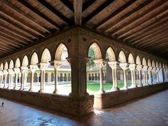 ABBAYE DE MOISSAC : Le cloître de l'abbaye de Moissac est exceptionnel et sans doute l'un des plus beaux de France. Achevé en 1100, il s'agit du cloître historié le plus ancien du monde. Il possède 76 chapiteaux dont 46 historiés racontant des scènes de la Bible. Les autres chapiteaux sont décorés de magnifiques motifs floraux. Le tympan de l'abbaye représentant l'Apocalypse est également un élément à ne pas manquer. Le cloître et le tympan ont été inscrits au Patrimoine mondial de l'UNESCO…