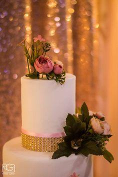 Az elmaradhatatlan esküvői torta, a Joy Kézműves Cukrászat műhelyéből. Természetesen rosegold dekorációval.