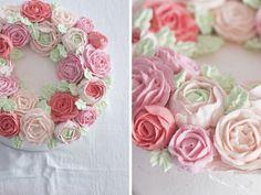 Ein Blumenkranz aus Buttercreme – eine Hochzeitstorte mit Blüten der ganz besonderen Art – schlicht und verspielt zugleich – Backbube