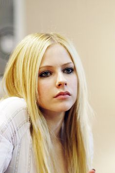 Avril Lavigne 💋 discovered by Martin on We Heart It - Avril Lavigne 💕 - Girl Celebrities, Beautiful Celebrities, Celebs, Divas, Avril Lavigne Pictures, Blond, Avril Lavigne Style, Avril Levigne, Female Singers