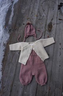 Strikkeguri sine strikkerier: Trultemor-buksedress Baby Dungarees, Knitted Baby Clothes, Baby Knitting Patterns, Knit Crochet, Onesies, Tejidos, Baby Knitting, Threading, Babies Clothes