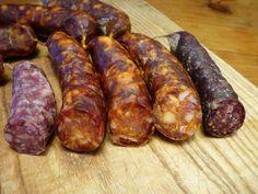 Der Begriff Chorizo ist eigentlich vergleichsweise allgemein gehalten und bezeichnet eigentlich auch eine Bratwurst. In dem Fall ging es aber um diese typische spanische Wurst mit diesem säuerlich-scharfen Geschmack. Dazu muss man wissen, dass dieser Geschmack durch Pimenton de la Vera entsteht, den es in der Version scharf und mild gibt. In meinen großen Fundus fand sich sogar eine original spanische Dose, allerdings Pimenton Jaucha, mit der scharfen Version und die Milde gab es beim EDEKA…