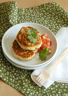 Corn fritters with tomato salsa / Panquequinhas de milho com salada de tomate by Patricia Scarpin, via Flickr