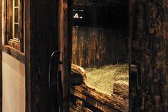 #Heubad im #Selbstversorgerhaus #RefugiumTilliach Bild: Oskar Dariz Firewood, Door Handles, Doors, Crafts, Home Decor, Steam Bath, Recovery, Hay, Pictures
