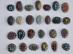 Alphabet peint sur des cailloux - Painted rock alphabet