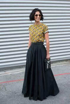 Las musas del street style nos inspiran a llevar la maxi falda en A Elegante y básica, como la de Yasmine Sewell