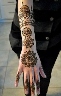 Latest mehndi style and trends have turned to the traditional round patterns like Tikki Style Henna Designs. Check out new tikki style simple mehndi designs collection Eid Mehndi Designs, Round Mehndi Design, Beautiful Mehndi Design, Mehndi Patterns, Latest Mehndi Designs, Simple Mehndi Designs, Geometric Designs, Easy Designs, Design Patterns