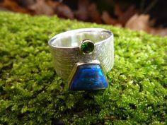 Dieser breite Silberring ist ein Hingucker!  In die Ringschiene aus Silber wurde ein in Gold gefasster, trapezförmiger schwarzer Opal aus Lightning Ri
