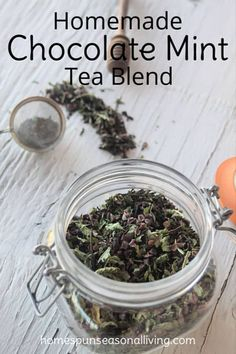 Satisfy a sweet tooth and the tea lover on your gift list with this homemade chocolate mint tea blend that is sure to satisfy and warm on a cold day. Menta Chocolate, Homemade Chocolate, Chocolate Tea Recipe, Chocolate Mint Plant, Chocolate Coffee, Chocolate Hair, Chocolate Brown, Homemade Tea, Homemade Breads