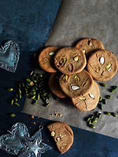 Brunkager med neliker, mandler og pistacienødder (recipe in Danish)