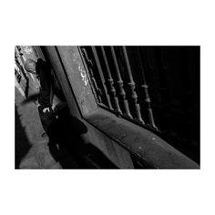 Siempre haciendo lo mismo hasta la saciedad  ahogando en los recuerdos esta postración  lágrimas en mis ojos cada atardecer. (Cartas desde el asilo - @reincidentesrock )  @lacalleesnuestracolectivo  #granvia #madrid #spain #blancoynegro #blackandwhite #anciano #calle #sombras #streetstyle #streetphotography #oldman #tired #lacalleesnuestracolectivo #igersmadrid #igers #picoftheday #photooftheday #canon6d #35mm