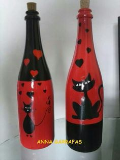 Dog House With Ac Botellas pintadas Gatos Ms.Dog House With Ac Botellas pintadas Gatos Ms Glass Bottle Crafts, Wine Bottle Art, Painted Wine Bottles, Diy Bottle, Bottle Vase, Bottles And Jars, Glass Bottles, Decorated Bottles, Wine Craft