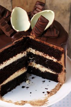 Triple chocolate cake with kinder chocolate … – Pastry World Sweet Desserts, Sweet Recipes, Delicious Desserts, Yummy Food, Food Cakes, Cupcake Cakes, Cake Recept, First Communion Cakes, Chocolate Drip Cake