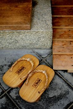 Traditional Japanese wooden shoes Geta in Kyoto. Aikido, Look Kimono, All About Japan, Art Asiatique, Turning Japanese, Zen Meditation, Japanese Architecture, Japanese House, Japanese Design