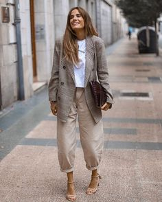 Oversized Neutrals Street Style Business Casual Look for Women – Plaid Blazer, Balloon Pants, and Nude Strappy Sandals Look Fashion, Daily Fashion, Fashion Outfits, Fashion Trends, Casual Street Style, Casual Chic, Casual Look For Women, Balloon Pants, Look Blazer