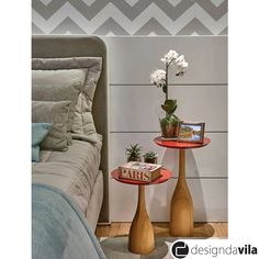 Linda composição de mesas laterais utilizadas no lugar do criado-mudo! Charme garantido para quem tem pouco espaço ou quer inovar na decoração ♥!