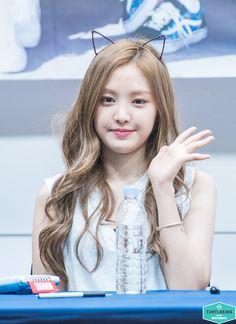 APink NaEun Korean Hair Color, Kpop Girl Bands, Apink Naeun, Wattpad, The Most Beautiful Girl, Pink Hair, Korean Girl Groups, Pure Beauty, Kpop Girls
