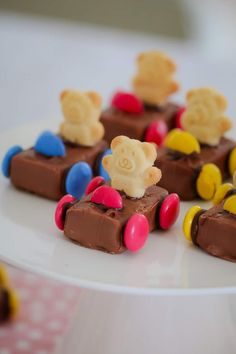 These super cute Tiny Teddy Racing Cars are the ultimate kids party food! Made from Milky Ways, Smarties and Tiny Teddies, these quick and easy cars are always a hit! If you're looking for a kids cakes Tiny Teddy Racing Cars Easy Party Food, Snacks Für Party, Easy Snacks, Party Food Kids, Kids Food Crafts, Children Party Foods, Birthday Food Ideas For Kids, Easy Food Art, Kids Party Treats