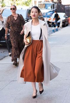"""Take a look at 12 stylish culottes fall outfits you should try in the photos below and get ideas for your own fall looks! """"my fun pants by Image source Cropped pants or culottes are the best way… Continue Reading → Orange Hose, How To Style Culottes, Culottes Street Style, Fashion Week, Womens Fashion, Fashion Trends, Style Fashion, Business Outfit Damen, Suspenders Outfit"""