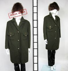 Świetny militarny pudełkowy płaszcz. Wykonany z wełny w kolorze khaki. Zapinany na duże zdobione emblematami guziki. Z przodu dwie spore kieszenie obszyte skórką. Na czerwonej podszewce (chyba wełnianej).  Rozmiarowo pasuje na XL, L    wymiary mierzone na płasko (+/- 1 cm)   długość rękawa od szyi - 73 cm  długość rękawa od pachy - 39 cm  szerokość pod pachami - 54 cm x 2  pas - 60 cm x 2  długość od ramienia do dołu - 94 cm