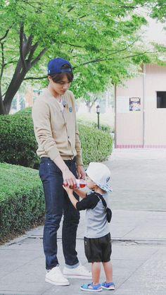 The perfect boyfriend/ husband like come on where can I get a guy like Kai? Chanyeol, Exo Kai, Bts And Exo, Kyungsoo, Korean Babies, Asian Babies, Kaisoo, Chen, Moda Kpop
