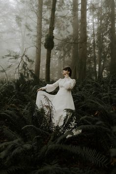 A moody forest and foggy elopement in Portland, Oregon at Witch's Castle where the bride is wearing a vintage thrifted wedding dress. Top Wedding Dresses, Wedding Dress Trends, Wedding Venues Oregon, Diy Kleidung, Perspective Photography, Forest Photography, Forest Wedding, Dream Wedding, Mode Vintage