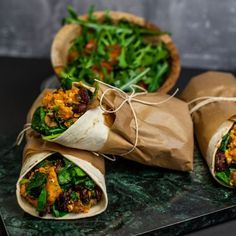 Recept på Sweet-potato wrap with feta cheese and spicy beans Raw Food Recipes, Veggie Recipes, Vegetarian Recipes, Cooking Recipes, Healthy Recipes, Beans Recipes, I Love Food, Good Food, Yummy Food