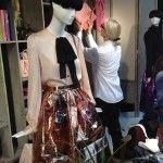 Die Schaufenster-Shokunins: Christiane Arp beim Schaufensterstyling im KaDeWe für Fashion's Night Out: Zur Galerie: http://shokunin.condenast.de/2013/09/work-christiane-arp-macht-styling-zur-handwerkskunst/