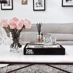 20 Simple Coffee Table Styling Ideas With Plants Coffee Table Styling, Coffee Table Books, Decorating Coffee Tables, How To Decorate Coffee Table, Chanel Coffee Table Book, Table Decor Living Room, Bedroom Decor, Books Decor, Home Decor Inspiration