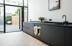 studio-kustlijn-architecten interieur interior black kitchen steel door garden