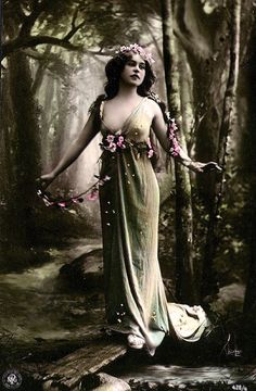 Vintage Studio Art Photography of a Wood Nymph / Fairy / Earth Goddess. Vintage Pin Ups, Vintage Girls, Vintage Images, Vintage Glamour, Vintage Beauty, Dark Romance, Wood Nymphs, Photo Portrait, Vintage Photographs