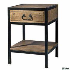 Mueble de inspiración industrial realizada en madera maciza de roble y hierro. Acabado Roble, laca negra. Precioso diseño que combina la elegancia y la sofisticación del clásico actualizado.