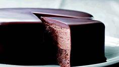 Lækker chokoladekage med kaffemousse indeni. Se flere opskrifter på femina.dk