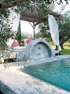 Una piscina mimetizada con el entorno