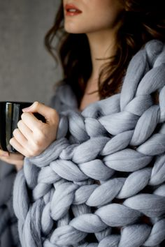 How to make a chunky knit blanket - DIY guide for beginners. Knit your first super chunky blanket from merino wool with Wool Art. Chunky Knit Throw, Chunky Blanket, Chunky Yarn, Warm Home Decor, Big Knits, Queen Bedding Sets, Arm Knitting, Knitted Blankets, Fleece Blankets