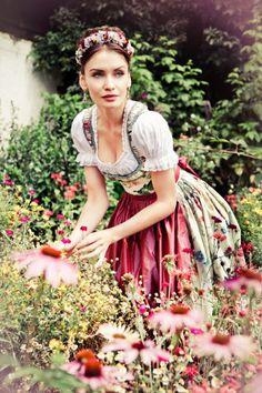 Lena Hoschek Dirndl Kollektion 2013. Petticoat Rosen Dirndl, mit Echinacea Blueten im Vordergrund