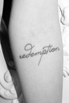 """El tatuaje de la modelo Freja Beha Erichsen en el antebrazo que dice """"redemption"""", palabra inglesa que significa """"redención""""."""