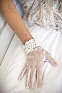 Sehr Chic mit weißen Spitzehandschuhen.