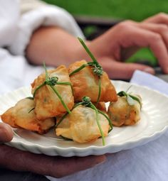fagottini di pasta fillo al caprino e erbe aromatiche/bundles of phyllo dough with goat cheese and herbs