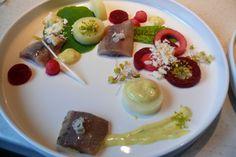 Maatjesharing, kerriesausje, aardappel, rode biet en appel, sneeuw van mierikswortel