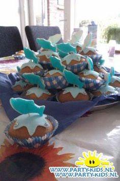 Dolfijn - Traktatie snoep, Traktaties - En nog veel meer traktaties, spelletjes, uitnodigingen en versieringen voor je verjaardag of kinderfeest op Party-Kids.nl Kids Birthday Treats, Dolphin Party, Kids Meals, Birthdays, Cupcakes, Food, Pizza, Florida, Carnival