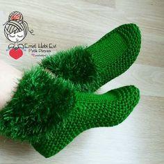 How to Knit Super Easy Unisex Slippers - Her Crochet Knitting Stitches, Knitting Socks, Knitting Designs, Baby Knitting, Knitting Patterns, Crochet Patterns, Crochet Cozy, Crochet Boots, Crochet Shoes Pattern