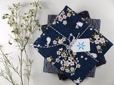 japanische Stoffe, Mai-Lu Napkins, Gift Wrapping, Tableware, Gifts, Japanese Fabric, Gift Wrapping Paper, Dinnerware, Presents, Towels