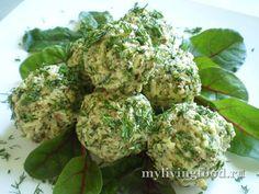 «Рисовые ёжики» – вкусные тефтели по-сыроедческикабачок цуккини – 1 шт. среднего размера -очищенные, предварительно замоченные и подсушенные грецкие орехи – 3-4 ст.л. -зелень – укроп, петрушка - 1 большой пучок -сушеные томаты – 4-5 ломтиков -сухая молотая морская капуста – 1 ст.л. -соль, перец – по желанию и по вкусу -зелень – листья салата, мангольд, шпинат – для гарнира и украшения
