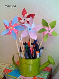 Des petits moulins dans les pots à crayon...