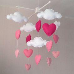 Nubes y corazones de color rosa bebé cuna móvil. Un regalo ideal para el dormitorio de un bebé o para la decoración de la habitación en el dormitorio de un niño mayor. Este móvil consta de cinco nubes blancas y doce corazones en tres tamaños y tres hermosos tonos de color de rosa. Los