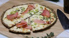 Low Carb Pizza mit einem Boden aus Leinmehl und Parmesan, das klingt doch lecker oder? Belegen kann man sie dann nach Wunsch!
