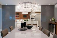 Pra quem quer ter uma cozinha isolada e, ao mesmo tempo, ter a possibilidade de integrá-la aos demais ambientes, uma boa estratégia é utilizar grandes portas de correr, no lugar de uma parede. Quando você não quiser que a cozinha apareça, basta fechar as portas; e quando desejar integrá-la ao restante da casa e tornar o local mais amplo, você simplesmente abre.