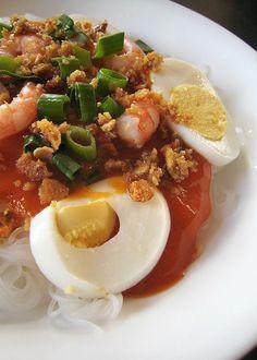Filipino food; pancit palabok